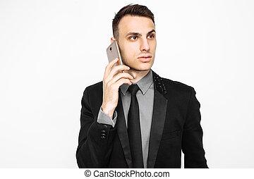 uomo affari, in, abito nero, parlando telefono, isolato, bianco, fondo