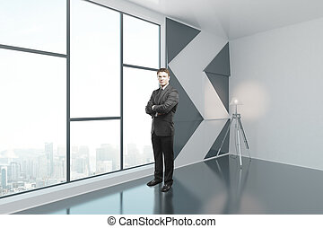 uomo affari, in, interno, con, lampada