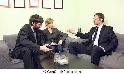 uomo affari, in, uno, riunione, bere, alcool, da, uno, flask.
