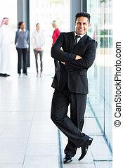 uomo affari, indiano, attraversato, giovane, braccia