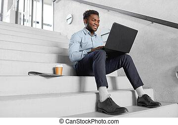 uomo affari, laptop, americano, ufficio, africano
