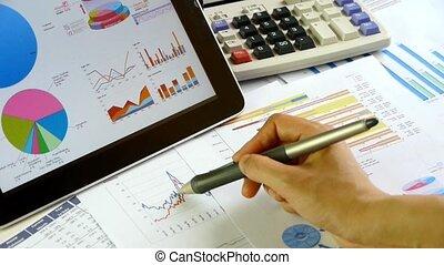 uomo affari, lavorando, tavoletta, con, schemi, di, finanziario, data.