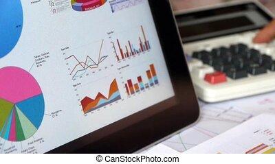 uomo affari, lavorando, tavoletta, con, schemi, toccante, finanza, torta, charts.