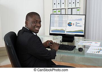 uomo affari, lavorare computer, in, ufficio