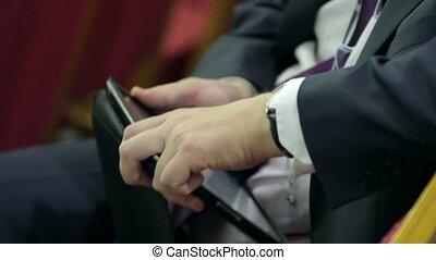 uomo affari, lavorativo, con, uno, tavoletta digitale