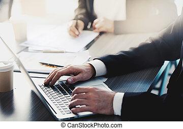 uomo affari, lavori in corso, con, uno, laptop, in, ufficio