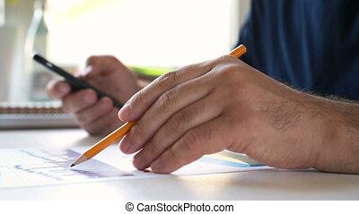 uomo affari, lavori in corso, con, uno, smartphone, e, analizza, tabelle
