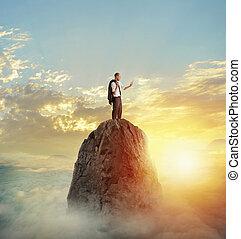 uomo affari, lavori in corso, su, tavoletta, con, collegamento internet, sopra, uno, montagna