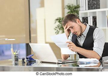 uomo affari, lettera lettura, ufficio, triste
