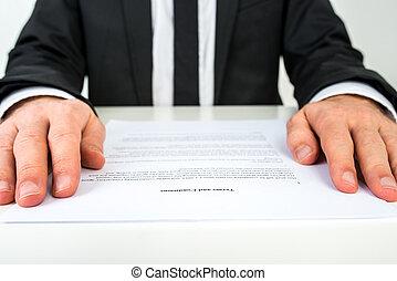 uomo affari, lettura, uno, documento, con, fuoco, a, il, testo, termini, e