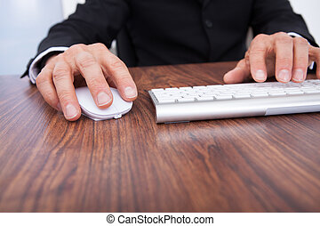 uomo affari, mano, computer usa, scrivania