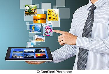 uomo affari, mostra, schermo tocco, tavoletta, con, flusso continuo, immagini