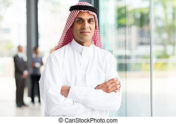 uomo affari, musulmano, bracci attraversati