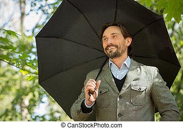 uomo affari, ombrello, aperto