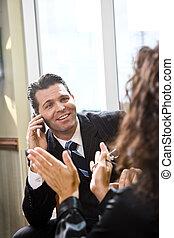 uomo affari, parlare, con, femmina, ispanico, collaboratore