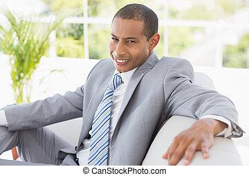 uomo affari, sedendo divano, sorridente, macchina fotografica