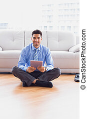 uomo affari, sedere pavimento, usando, tavoletta, sorridente, macchina fotografica