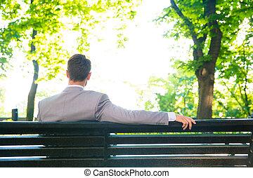 uomo affari, seduta, panca, fuori