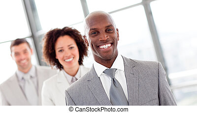 uomo affari, sorridente, fila
