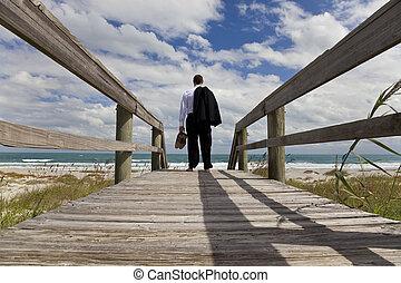 uomo affari sta piedi, scalzo, dall'aspetto, attraverso, uno, spiaggia, a, il, mare