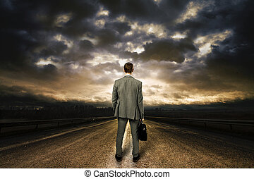 uomo affari, standing, medio, di, il, road., cielo...