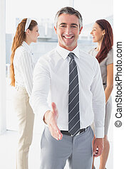 uomo affari, stretta mano sorridente, offerta