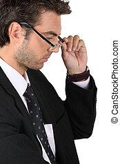 uomo affari, suo, mettere, occhiali