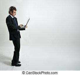 uomo affari, usando computer portatile
