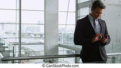 uomo affari, usando, telefono mobile, in, ufficio, 4k