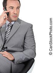 uomo affari, usando, uno, cellphone