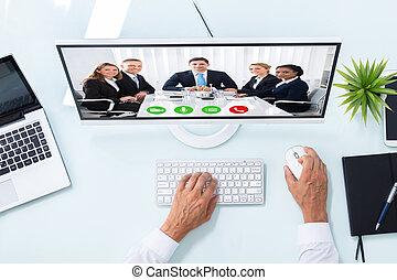 uomo affari, videoconferenza, con, colleghi, su, computer