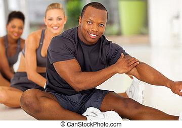 uomo africano, con, squadra, stiramento, prima, esercizio