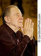 uomo anziano, pregare, in, chiesa