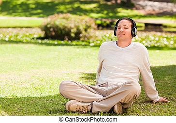 uomo, ascoltando musica, parco