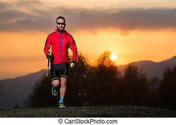 uomo, atleta, attivo, nordico, camminare, montagne, a, tramonto, con, uno, colorito, cielo