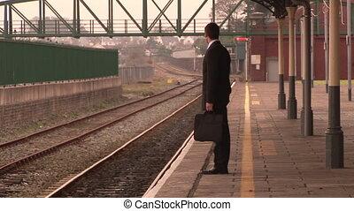 uomo, attesa, a, uno, stazione treno
