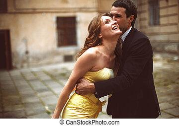 uomo, baci, signora, in, testa gialla, mentre, lei, inclina, su, lui