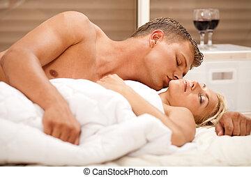 uomo, baciare, a, suo, moglie, in, camera letto