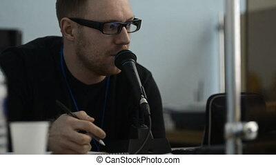 uomo barbuto, in, occhiali, parla, in, il, microfono