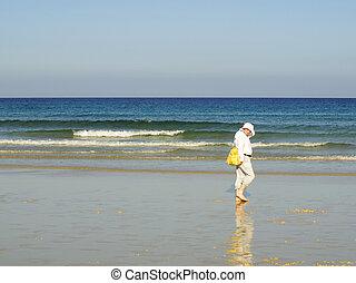 uomo cammina, solo, in, il, spiaggia