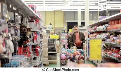 uomo, chooses, merci sportive, in, negozio