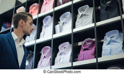 uomo, chooses, uno, camicia, a, negozio
