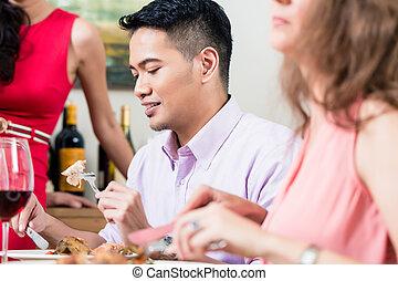 uomo, cibo mangia, con, amici