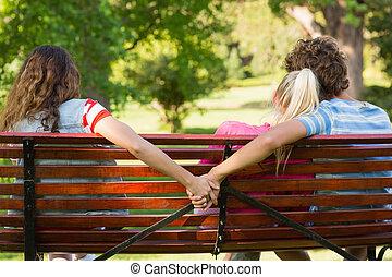 uomo, con, amica, mentre, tenere mani, con, un altro, donna