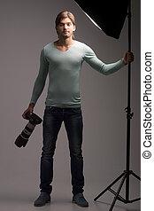 uomo, con, macchina fotografica., piena lunghezza, di, fiducioso, giovane, tenere macchina fotografica, in, suo, mani, e, guardando, lei