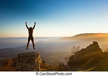 uomo, con, mani in alto, montagne, contro, sole