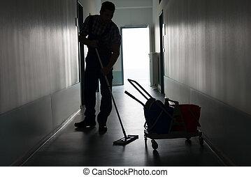 uomo, con, scopa, pulizia, ufficio, corridoio