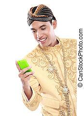 uomo, con, tradizionale, java, completo, usando, telefono mobile