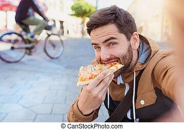 uomo, consumo pizza