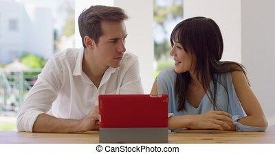 uomo donna, usando, uno, tavoletta, computer, insieme